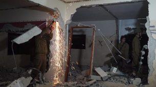 جنود إسرائيليون يقومون بهدم منزل الشاب الفلسطيني علاء كبها في الضفة الغربية، الذي قام بدهس مجموعة من الجنود بمركبته ما أسفر  عن مقتل اثنين منهم، في 21 يونيو 2018. (الجيش الإسرائيلي)