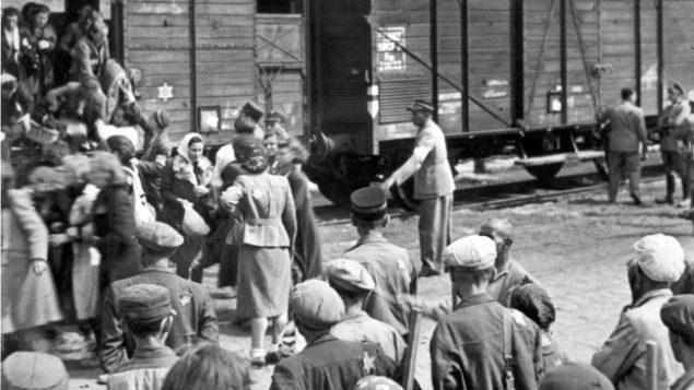 ابتداء من عام 1942، تم ترحيل اليهود في غيتو لودز في بولندا الى معسكرات الابادة (Yad Vashem)