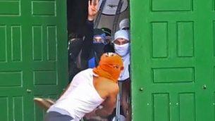 فلسطينيون يلقون كراسي وحجارة من داخلا لمسجد الأقصى في الحرم القدسي، 7 يونيو 2018 (screen capture: Israel Police)