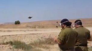 جنود احتياط في الجيش الإسرائيلي يشغلوا طائرات مسيرة لاسقاط بالونات وطائرات ورقية مشتعلة قادمة من قطاع غزة، 7 يونيو 2018 (Hadashot News screenshot)