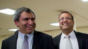وزير الليكود زئيف الكين (إلى اليسار) وموشيه ليون في البرلمان الإسرائيلي في 26 مارس 2015 (Yonatan Sindel / FLASH90)