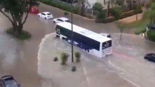 فيضانات في مدينة سديروت، 13 يونيو 2018 (screen capture: Twitter/Hadashot/Robby Pereg)