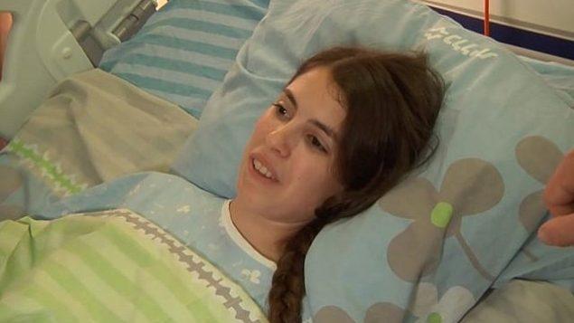 ضحية هجوم طعن العفولة شوفا مالكا تشكر الداعين لسلامتها من سريرها في المستشفى في 17 يونيو عام 2018. (Screen capture: Ynet news)