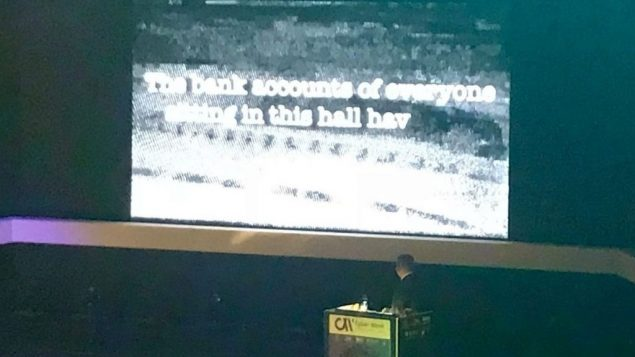 رئيس الوزراء بنيامين نتنياهو يحاكي سيناريو هجوم الكتروني خلال مؤتمر حول الامن الالكتروني في تل ابيب، 20 يونيو 2018 (Shoshanna Solomon / Times of Israel)
