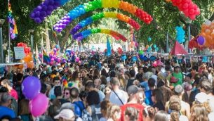 الآلاف يشاركون في 'مسيرة الفخر' السنوية ال17 في تل أبيب، 12 يونيو، 2015. Alexi Rosenfeld)