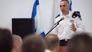 الميجر جنرال إيلي شرفيط في مراسم توزيع شهادات تقدير على جنود لمشاركته في عمليات سرية في أراضي العدوة ونجاح استخباراتي. (وحدة الناطق باسم الجيش الإسرائيلي)