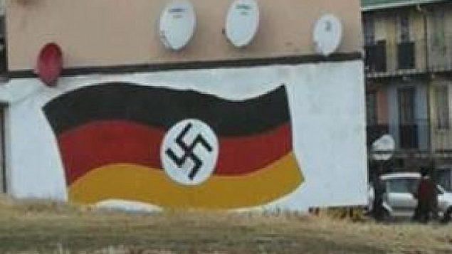علم ألماني مع الصليب المعقوفة النازي على جدار في جوهانسبرغ، جنوب إفريقيا، في 20 يونيو  2018. (South Africa Jewish Board of Deputies)