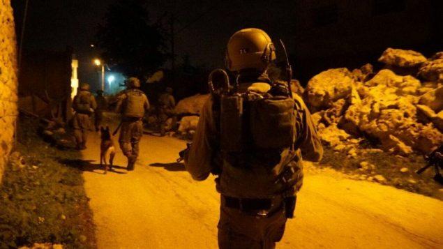 صورة توضيحية: جنود اسرائيليون خلال عملية اعتقال في الضفة الغربية، 23 فبراير 2017 (Israel Defense Forces)