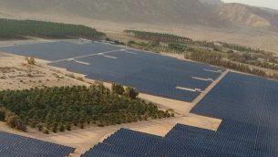 منظر جوي للحقل الشمسي بحجم 40 ميغاوات تم بناؤه مؤخرًا في كيبوتز كيتورا، والذي يوفر ثلث الكهرباء النهارية لمدينة إيلات. (Courtesy)