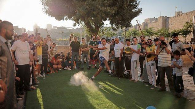 بعض ضربات الجزاء في حدث 'كلّنا القدس'، الذي أقيم قبل مباراة كأس العالم لكرة القدم ليلة الاثنين (Courtesy Ricky Rachman)