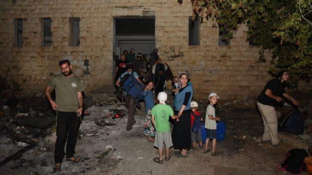 مستوطنون يزورون مستوطنة سا-نور التي تم اخلائها، 24 يوليو 2018 (Homesh T'cheela)