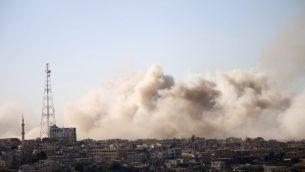 الدخان يتصاعد فوق مناطق خاضعة لسيطرة المعارضة السورية في مدينة درعا، خلال قصف من قبل قوات النظام السوري، 30 يونيو 2018 (AFP PHOTO / Mohamad ABAZEED)