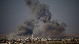 الدخان يتصاعد فوق مناطق خاضعة لسيطرة المعارضة السورية شرقي مدينة درعا، خلال قصف من قبل قوات النظام السوري، 30 يونيو 2018 (AFP PHOTO / Mohamad ABAZEED)