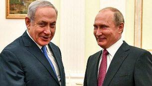 رئيس الوزراء بنيامين نتنياهو يلتقي بالرئيس الروسي فلاديمير بوتين في موسكو، 11 يوليو 2018 (AFP/ Pool/Yuri Kadobnov)