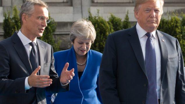 امين عام حلف شمال الاطلسي ينس ستولتنبرغ، رئيسة الوزراء البريطانية تيريزا ماي والرئيس الامريكي دونالد ترامب في بروكسل خلال قمة قمة الناتو، 11 يوليو 2018 (BENOIT DOPPAGNE / POOL / AFP)
