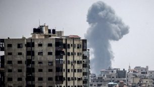صورة تم التقاطها في 14 يوليو، 2018، تظهر دخانا يتصاعد في أعقاب غارة جوية إسرائيلية في مدينة غزة. (AFP PHOTO / MAHMUD HAMS)