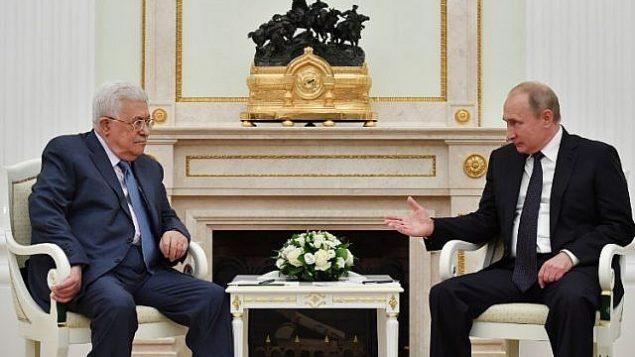 رئيس السلطة الفلسطينية محمود عباس يتحدث مع الرئيس الروسي فلاديمير بوتين خلال لقائهما في موسكو، 14 يوليو 2018 (AFP PHOTO / Yuri KADOBNOV)