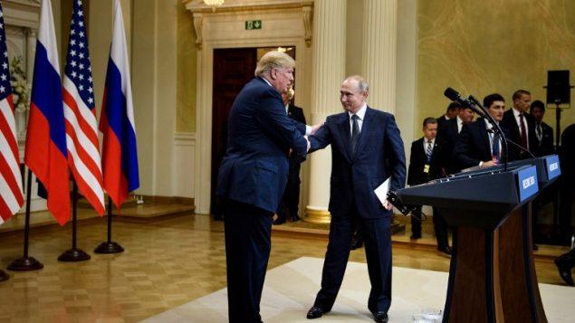 الرئيس الامريكي دونالد ترامب والرئيس الروسي فلاديمير بوتين بعد مؤتمر صحفي مشترك في القصر الرئاسي في هلسنكي، 16 يوليو 2018 (AFP / Brendan Smialowski)