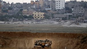 صورة تم التقاطها في 20 يوليو، 2018 تظهر دبابة 'مركافاه' إسرائيلية تقوم بدورية عند الحدود مع قطاع غزة بالقرب من كيبوتس ناحال عوز في جنوب إسرائيل. (AFP Photo/Jack Guez)