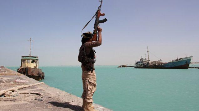 احد عناصر القوات الموالية للحكومة اليمنية في الميناء الغربي لبلدة المخا الساحلية، 8 فبراير 2017 (AFP PHOTO / SALEH AL-OBEIDI)