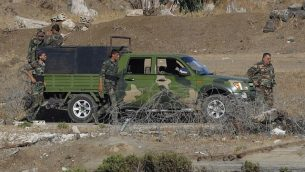 صورة تم التقاطها في 26 يوليو، 2018، بالقرب من كيبوتس عين زيفان في الجانب الإسرائيلي من هضبة الجولان، لجنود من الجيش السوري يستعيدون السيطرة على مواقع على طول الحدود بين سوريا وإسرائيل. (AFP Photo/Jack Guez)