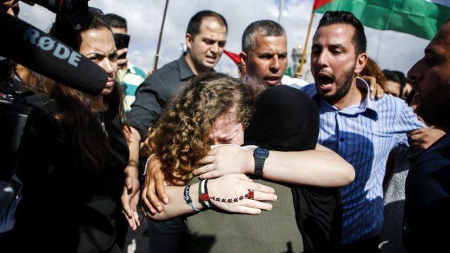 عهد تميمي تعانق والدتها عند اطلاق سراحها من السجن بعد قضاء عقوبة ثمانية اشهر، في قرية النبي صالح في الضفة الغربية، 29 يوليو 2018 (AFP / ABBAS MOMANI)