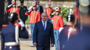 رئيس الوزراء بينيامين نتنياهو، وسط الصورة، خلال مراسم استقبال في قصر نارينو الرئاسي في بوغوتا، 13 سبتبمر، 2017.  (AFP/Raul Arboleda)