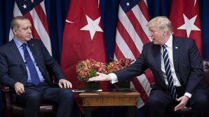 الرئيس الامريكي دونالد ترامب مع الرئيس التركي رجب طيب اردوغان قبل لقاء في فندق بالاس، خلال الجمعية العامة ال72 للأمم المتحدة في نيويورك، 21 سبتمبر 2017 (AFP PHOTO / Brendan Smialowski)