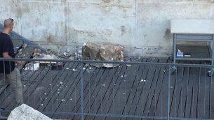 صخرة من حائط المبكى تقع في ساحة الصلاة في 23 يوليو 2018. (Courtesy/The Western Wall Heritage Foundation via the Masorti Movement of Israel)