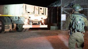 قوات إسرائيلية تستعد لتسليم أطنان من المواد الغذائية ومساعدات انسانية أخرى لجنوب سوريا في يوليو، 2018. (الجيش الإسرائيلي)