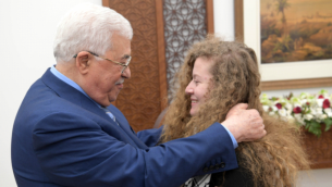 محمود عباس، من اليسار، وعهد التميمي في رام الله، 29 يوليو، 2018. (وفا)