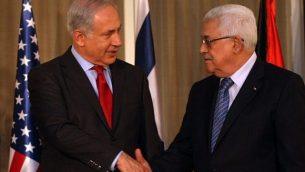 رئيس الوزراء بينيامين نتنياهو ورئيس السلطة الفلسطينية محمود عباس يتصافحان في القدس، 15 سبتمبر، 2010. (Kobi Gideon/Flash90)