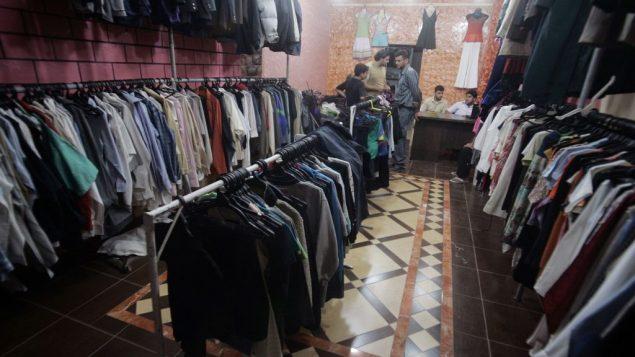 صورة توضيحية: فلسطينيون يبيعون ملابس مستعملة دخلت قطاع غزة عبر معبر كرم ابو سالم مع اسرائيل، 13 اكتوبر 2010 (Abed Rahim Khatib/Flash90)