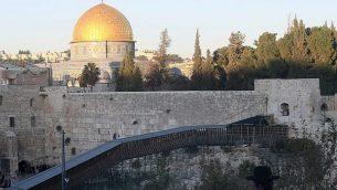 جسر خشبي للمشاة من الجدار الغربي إلى باب المغاربة، أحد أبواب الحرم القدسي في القدس القديمة، 28 نوفمبر، 2011. (Kobi Gideon/Flash90).