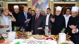 رئيس الوزراء بنيامين نتنياهو يلتقي بالشيخ موفق طريف، القائد الروحي للمجتمع الدرزي في اسرائيل، في قرية جولس، شمال اسرائيل، 25 ابريل 2013 (Moshe Milner/GPO/Flash90)