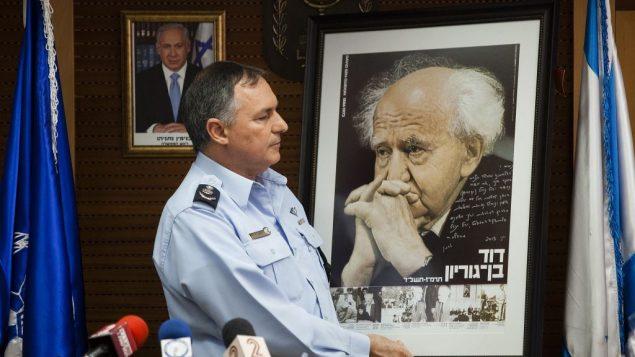 مفوض الشرطة حينها يوحنان دانينو خلال مراسيم في مقر الشرطة الإسرائيلية في القدس، 30 مايو 2013 (Flash90)