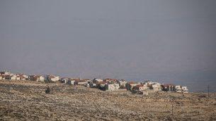 مستوطنة آدم (غيفاع بنيامين)، في الضفة الغربية، 1 يناير 2017 (Yonatan Sindel/Flash90)