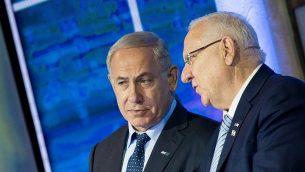 رئيس الوزراء بنيامين نتنياهو (إلى اليسار) يتحدث مع الرئيس رؤوفين ريفلين خلال حفل توزيع جوائز إسرائيل في مركز المؤتمرات الدولي في القدس يوم 2 مايو 2017. (Yonatan Sindel / Flash90)