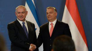 رئيس الوزراء بنيامين نتنياهو ونظيره المجري فيكتور أوربان خلال مؤتمر صحفي مشترك في بودابست، 18 يوليو 2017 (Haim Zach/GPO)