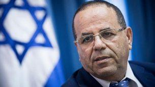 وزير الاتصالات أيوب قرا يتحدث في مؤتمر صحافي حول خطوة وزارة الاتصالات لإغلاق مكاتب قناة 'الجزيرة' في القدس، 6 أغسطس، 2017. (Yonatan Sindel/Flash90)