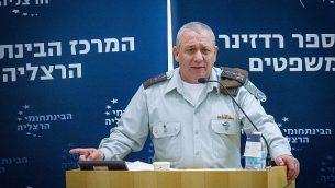 رئيس هيئة أركان الجيش الإسرائيلي غادي آيزنكوت يتحدث في مؤتمر في المركز المتعدد المجالات في هرتسليا، 2 يناير، 2018.  (FLASH90)