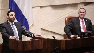 عضو الكنيست ينون ازولاي من حزب شاس يتحدث في الكنيست، بينما ينظر رئيس الكنيست يولي ادلشتين (Yonatan Sindel/Flash90)