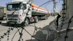 شاحنات فلسطينية في معبر كرم ابو سالم بين اسرائيل وغزة، 22 مارس 2018 (Abed Rahim Khatib/Flash90)