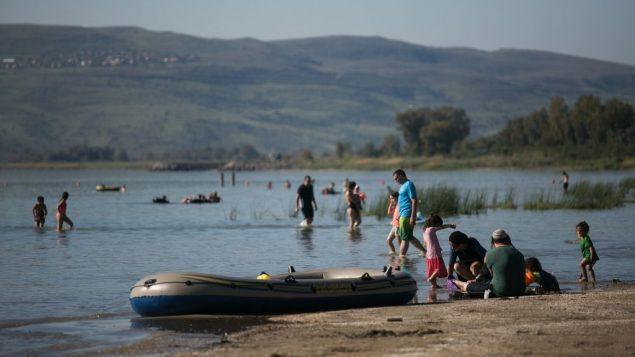 اسرائيليون في شواطئ بحيرة طبريا، شمال اسرائيل، 1 ابريل 2018 (Hadas Parush/Flash90)