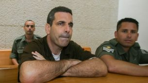 وزير الطاقة السابق غونين سيغف في المحكمة العليا في القدس خلال جلسة للنظر في طلب استئناف، 18 أغسطس، 2006. (Flash90)