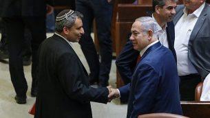 رئيس بلدية القدس بينيامين نتنياهو (من اليمين) مع وزير شؤون القدس والتراث زئيف إلكين في الكنيست في القدس، 3 يوليو، 2018.  (Noam Revkin Fenton/Flash90)