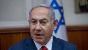 رئيس الوزراء بنيامين نتنياهو يقود جلسة الحكومة الاسبوعية في مكتبه في القدس، 8 يوليو 2018 (Ohad Zwigenberg/POOL)