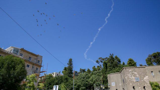 خط دخان ناتج عن اطلاق صاروخ باتريوت لاعتراض طائرة مسيرة سورية دخلت المجال الجوي الإسرائيلي، فوق مدينة صفد الشمالية، 11 يوليو 2018 (David Cohen/Flash90)
