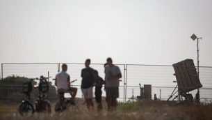 إسرائيليون ينظرون إلى بطارية الدفاع الصاروخي 'القبة الحديدية' الموضوعة في جنوب إسرائيل، 14 يوليو، 2018.(Hadas Parush/Flash90)