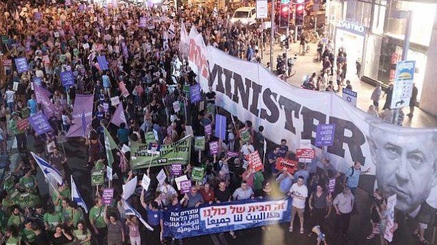 الآلاف ينضمون إلى مسيرة احتجاج ضد مشروع قانون الدولة اليهودية، في تل أبيب في 14 يوليو، 2018. (Tomer Neuberg/Flash90)